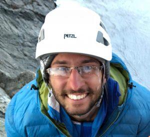 Um boulderista vai para uma escalada Alpina